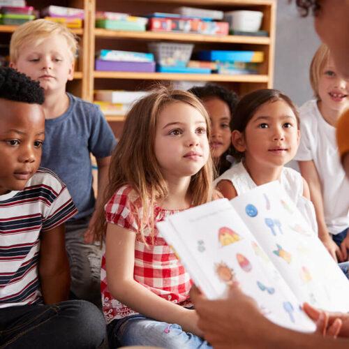 kids-listen-to-teacher